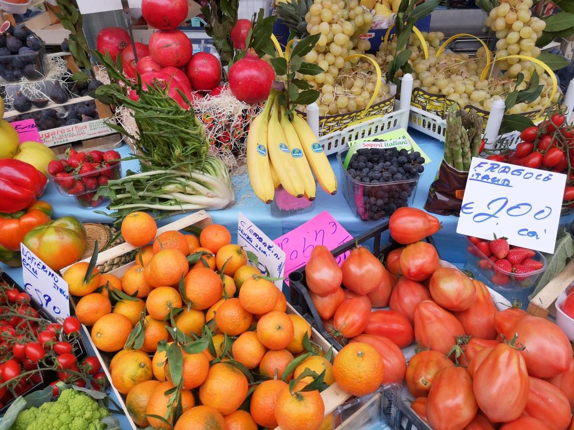 路上マーケットの果物屋さん